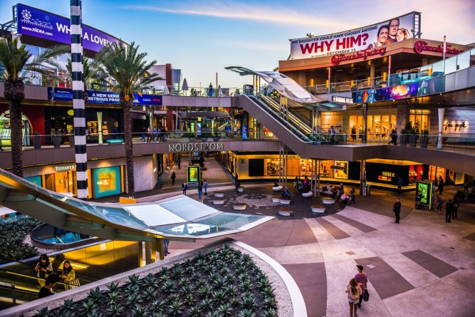10 Reasons Why You Should Visit Santa Monica This Holiday Season / Shopping